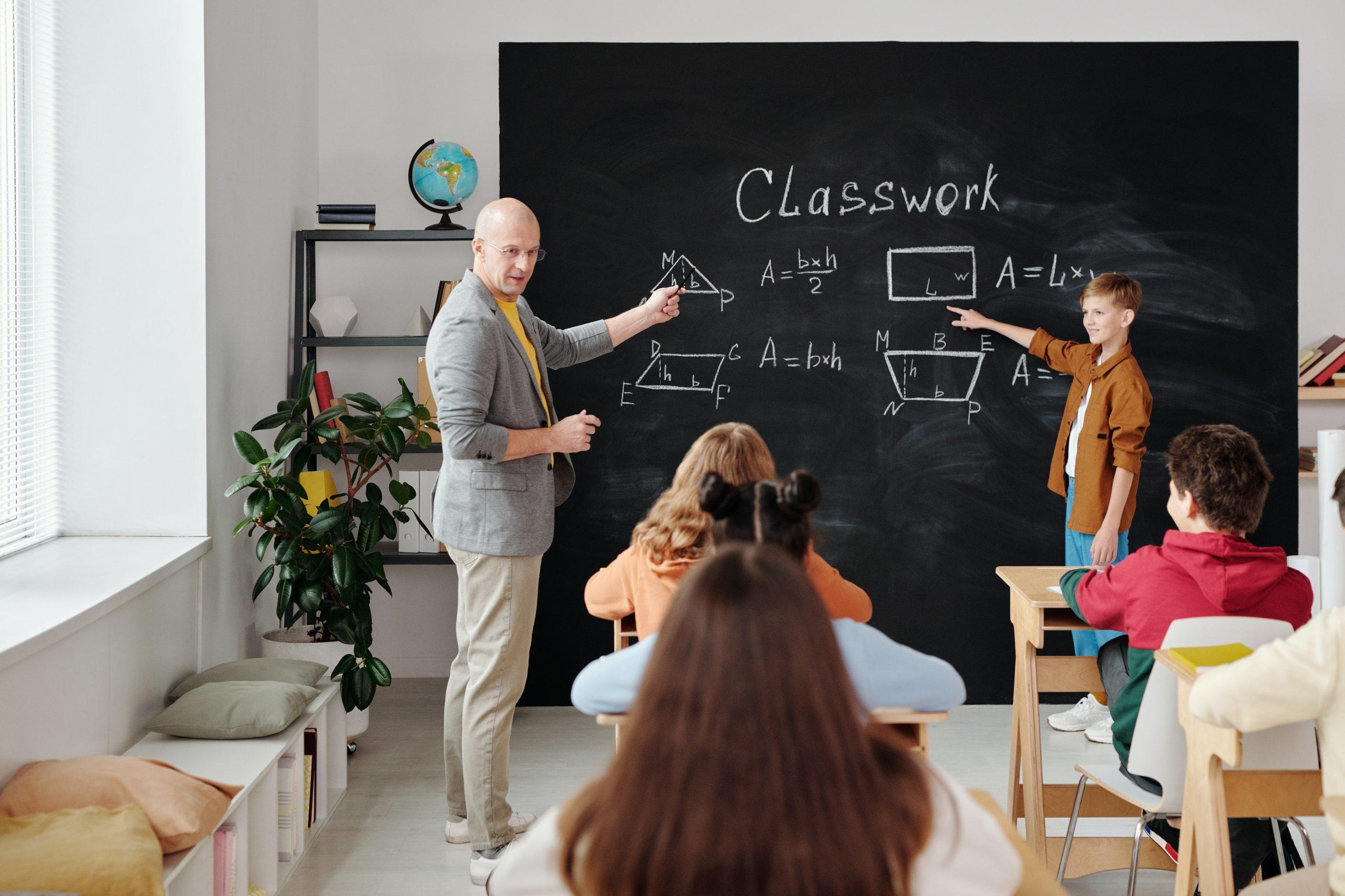 บทบาทของคุณครู มีทำหน้าที่ และมีปัจจัย อะไรต่อนักเรียนบ้าง ?